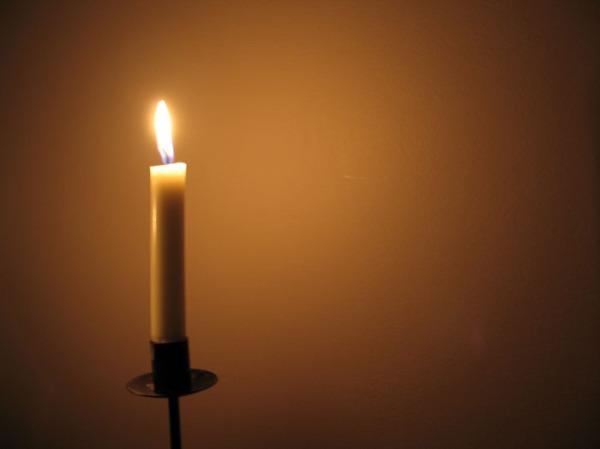 sytytimme kynttilan tutun kissapojan muistolle