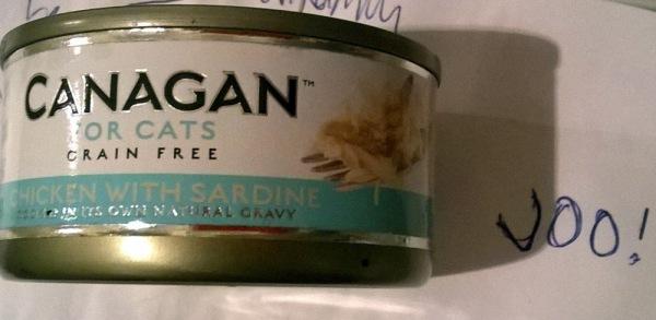 Canagan, chicken with sardine. Ilona: tää onkin parempi chicken! Harmaa: Maistuu kyllä, nam!