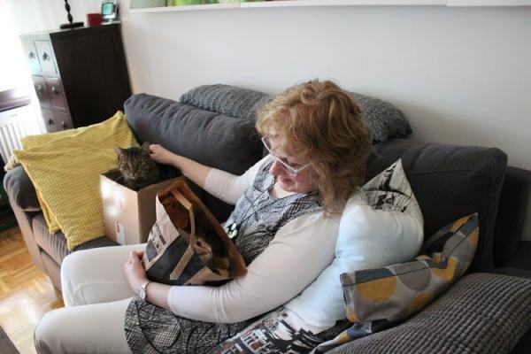 Mie sohvalla, Sulo laatikossa vieressäni ja Namu pussissa sylissäni
