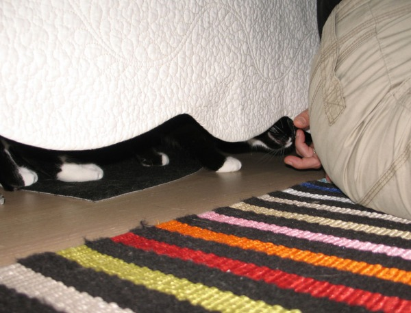 Ilona sängynreunan alla, sun sormet nenussa