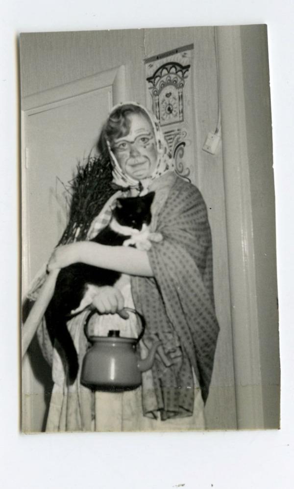pääsisäisnoita meikkeineen kissa kahvipannu luuta koko rojekti
