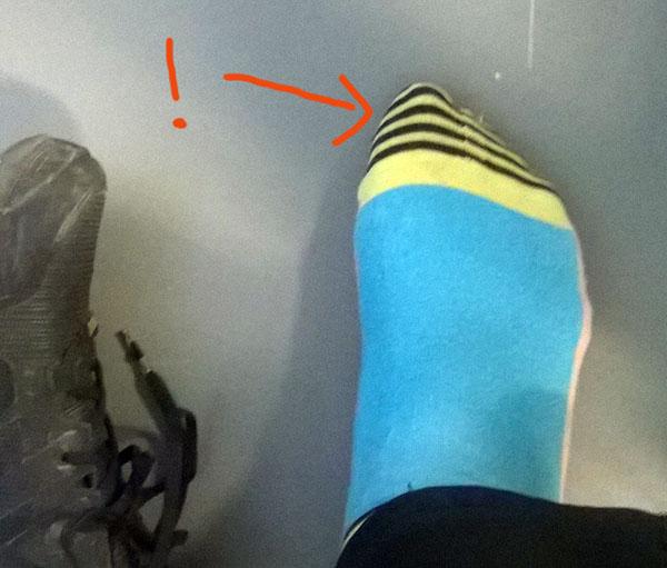 sukan raidallinen varvaspää, sukka on jalassa