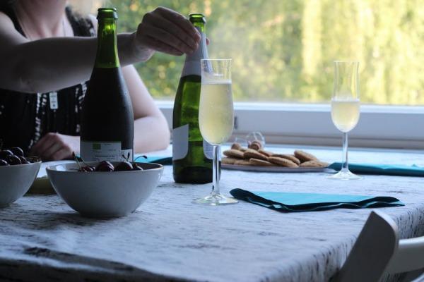 pari kuvaa pulloista ja käsistä pöydällä