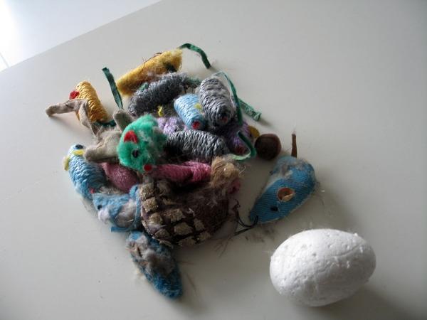 kasa lipaston alta löydettyjä pölyisiä leluja, ehkä noin parikymmentä hiirua yhteensä