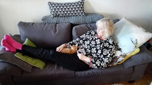 Lojun sohvalla pitkällään, Noomi masun päällä unessa