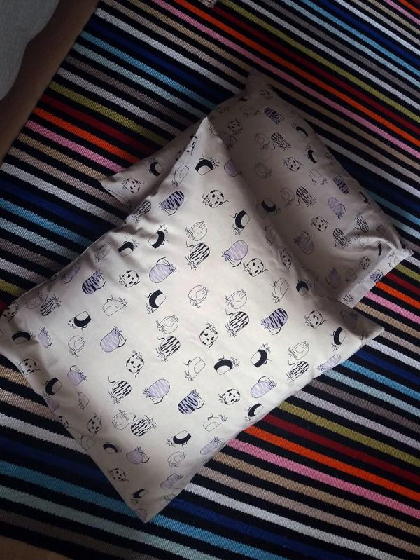 Isoissa tyynyissä uusi kissakangas päällä.