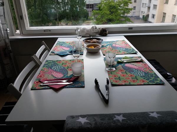 kattausta pöytään aloiteltu, kyllä kissa tajuaa