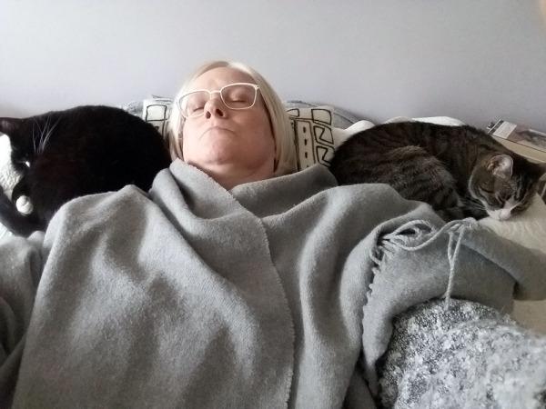 ja vuolaal nyt on voita kummankin puolen leipää eli kummankin puolen päätäni nukkuu kissa kerällä