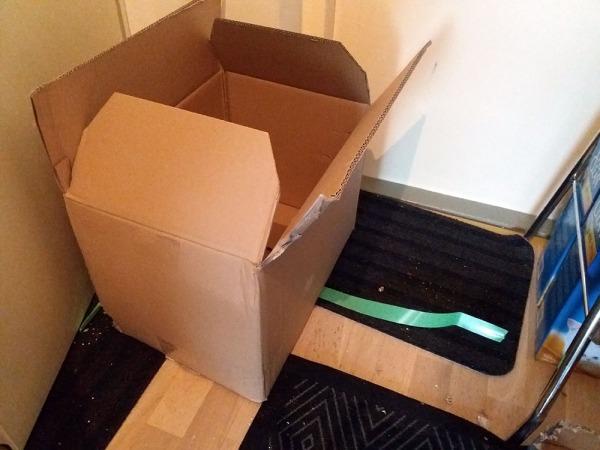 vain tyhjä pahvilaatikko ja zooplussan vihreää muovinauhaa näkyvissä