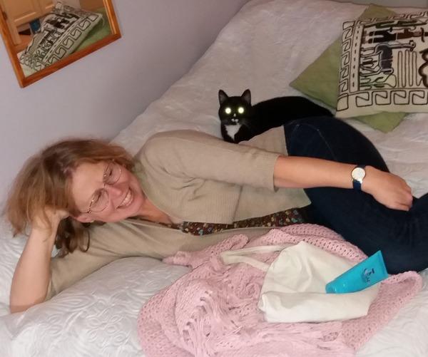 saila lojuu sängyllä, ilona on hipsinyt hänen ohitseen lojumaan sailan selän taakse